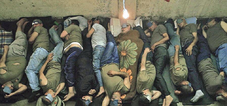 Rejim hapishanelerinde insanlar balık istifi yaşıyor.