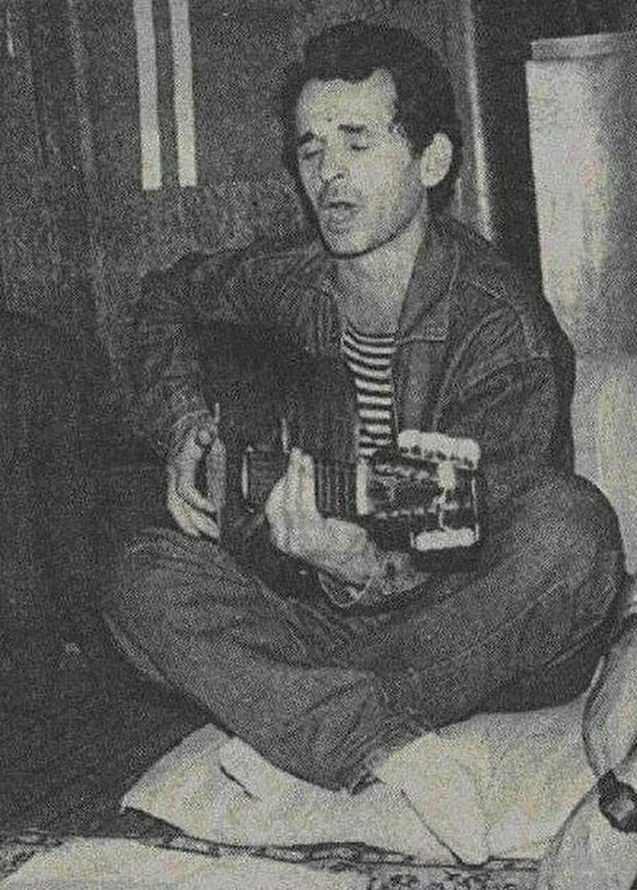 İmam Alimsultanov, elinden düşürmediği gitarıyla.