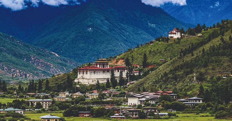Himalayalar'ın eteğinde Çin-Hindistan sınırında yer alan, nüfusu bir milyona yaklaşmayan küçük bir Budist krallığı.