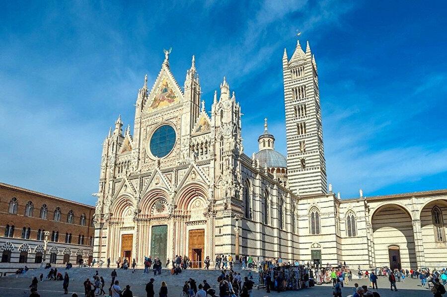 Siena İtalya'nın en çok turist sayıda çeken şehridir; örneğin 2008de 163.000 kişi yabancı turist şehri ziyaret etmiştir.