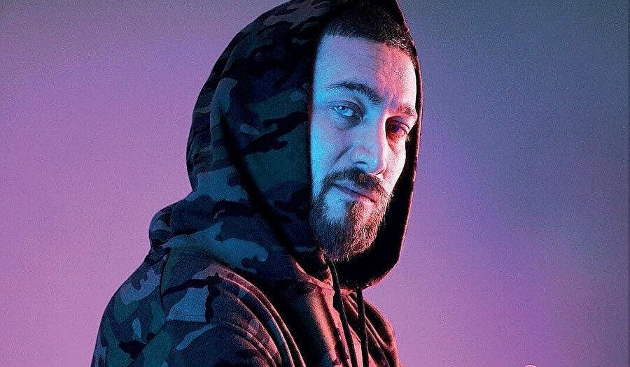 """2004 yılında kendi stüdyosunu kurdu ve """"Narkoz a.k.a Stanley"""" adıyla amatör olarak rap müzik yapmaya başladı"""