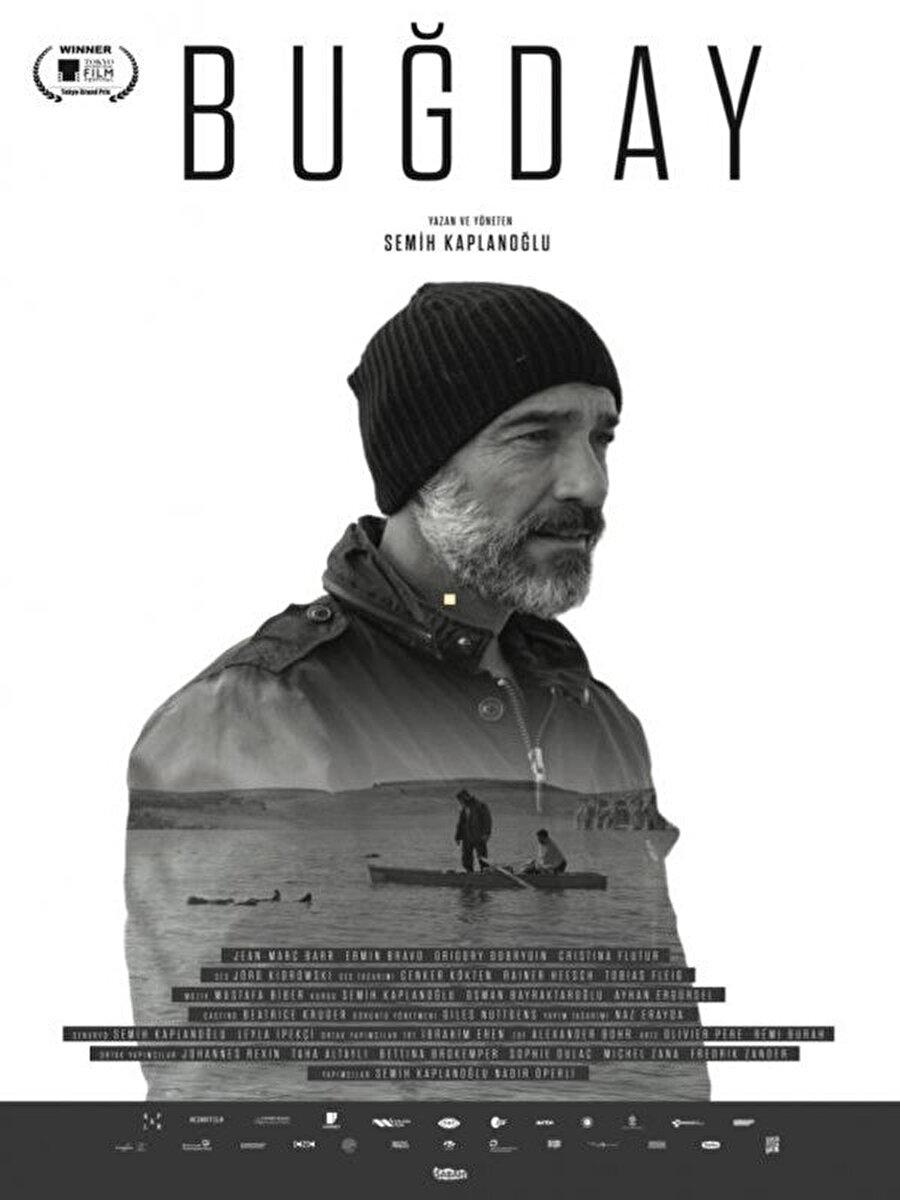 """Buğday, Adana Film Festivali'nde """"En iyi yönetmen ödülü"""" aldı. Ancak sahnede, yıllardır kendini """"muktedir"""" olarak gören """"ayrıcalıklı (!) sınıf"""" tarafından ötekileştirilmeye maruz kaldı."""