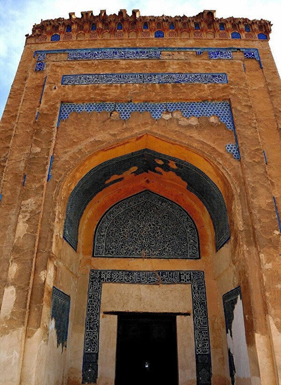 1221'de Moğollara karşı çarpışırken şehit düşen Necmuddin Kubrâ'nın Köhne Ürgenç'teki türbesi.