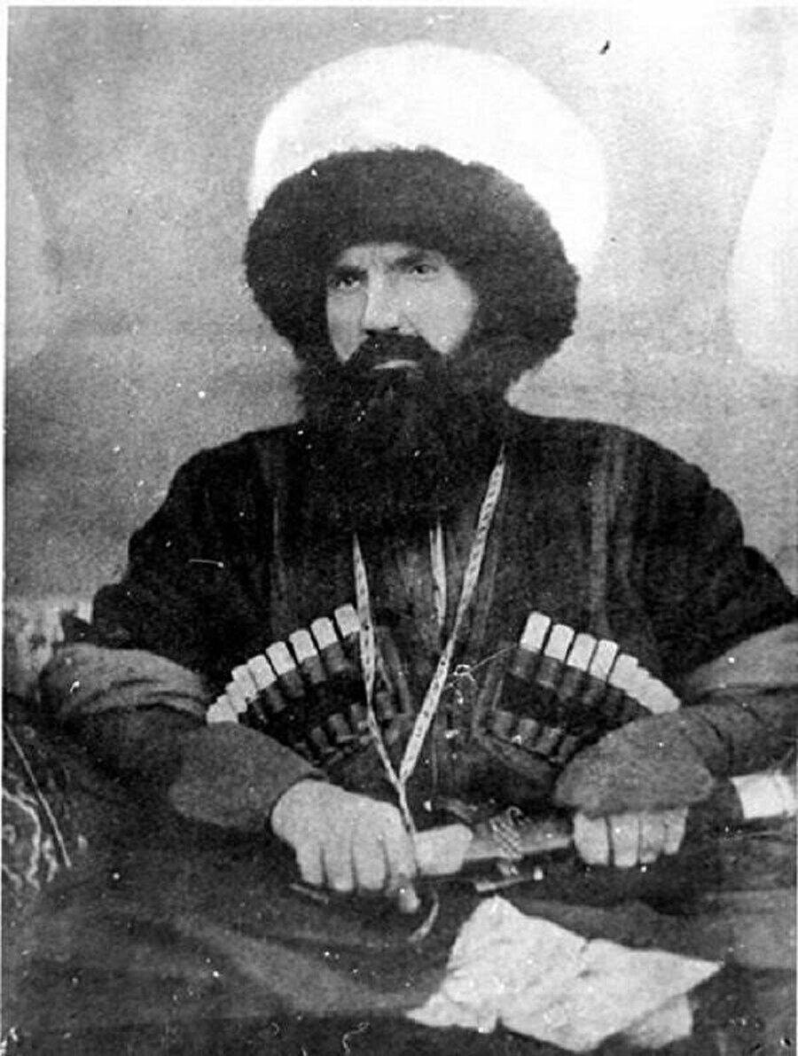 İmam Şamil, Ruslara karşı savaşında ağır yaralar aldı, aç kaldı, dağlarda yattı... ancak mücadelesini uzun yıllar sürdürdü.