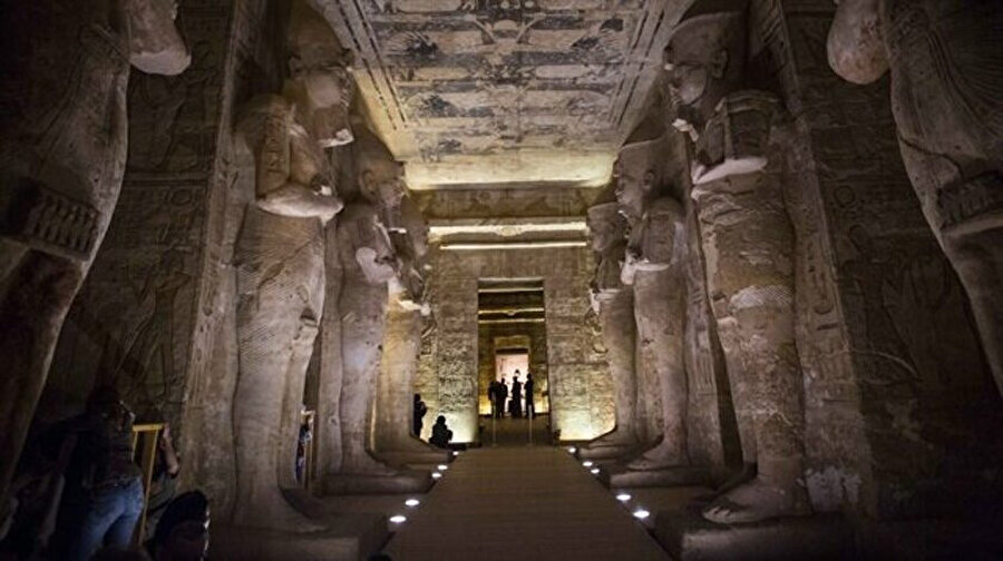 İnsanlığın imtihanı sırasında Firavun vardır. Firavun tüm İsrailoğullarını kendisine köle yapmıştır.