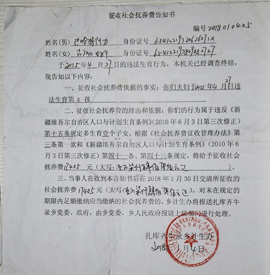 Gülnar Omirzakh'ye 2'den fazla çocuk sahibi olduğu için kesilen 17,405 RMB ($2685) para cezasının tebligat metni.
