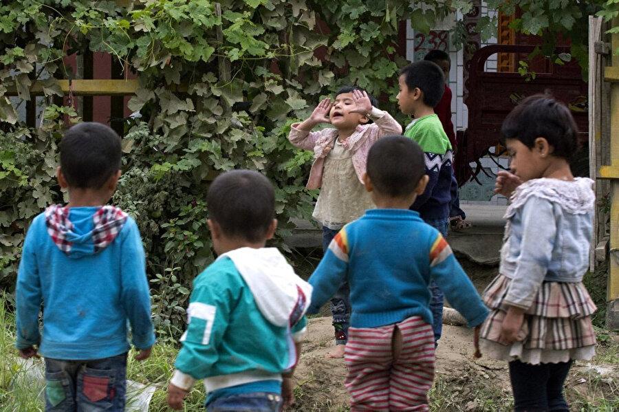 Çin'in Sincan Uygur Özerk Bölgesi'ne bağlı Hotan'da oyun oynayan Uygur çocuklar.