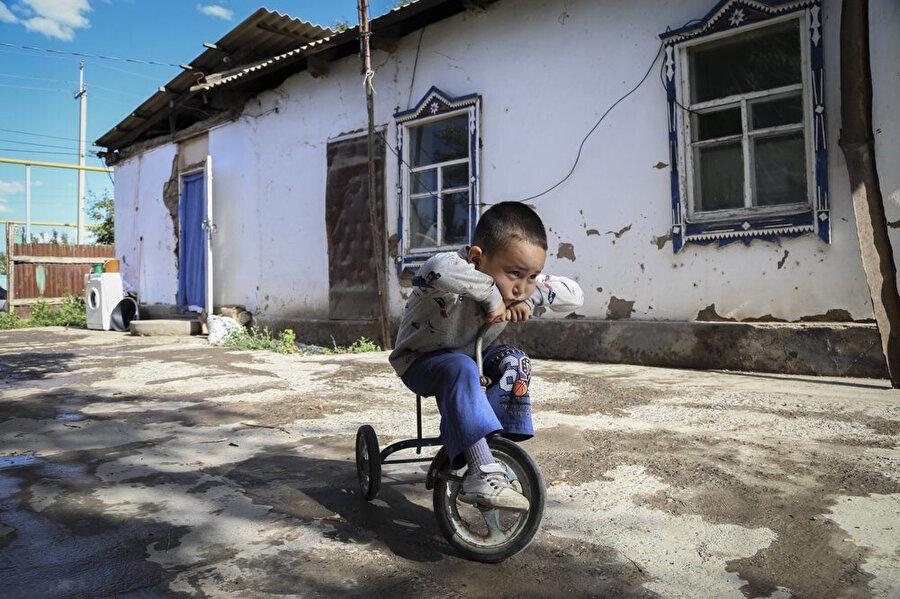 Kazakistan'a göç etmek zorunda kalan Uygurlu ailenin 3. çocuğu Alif.