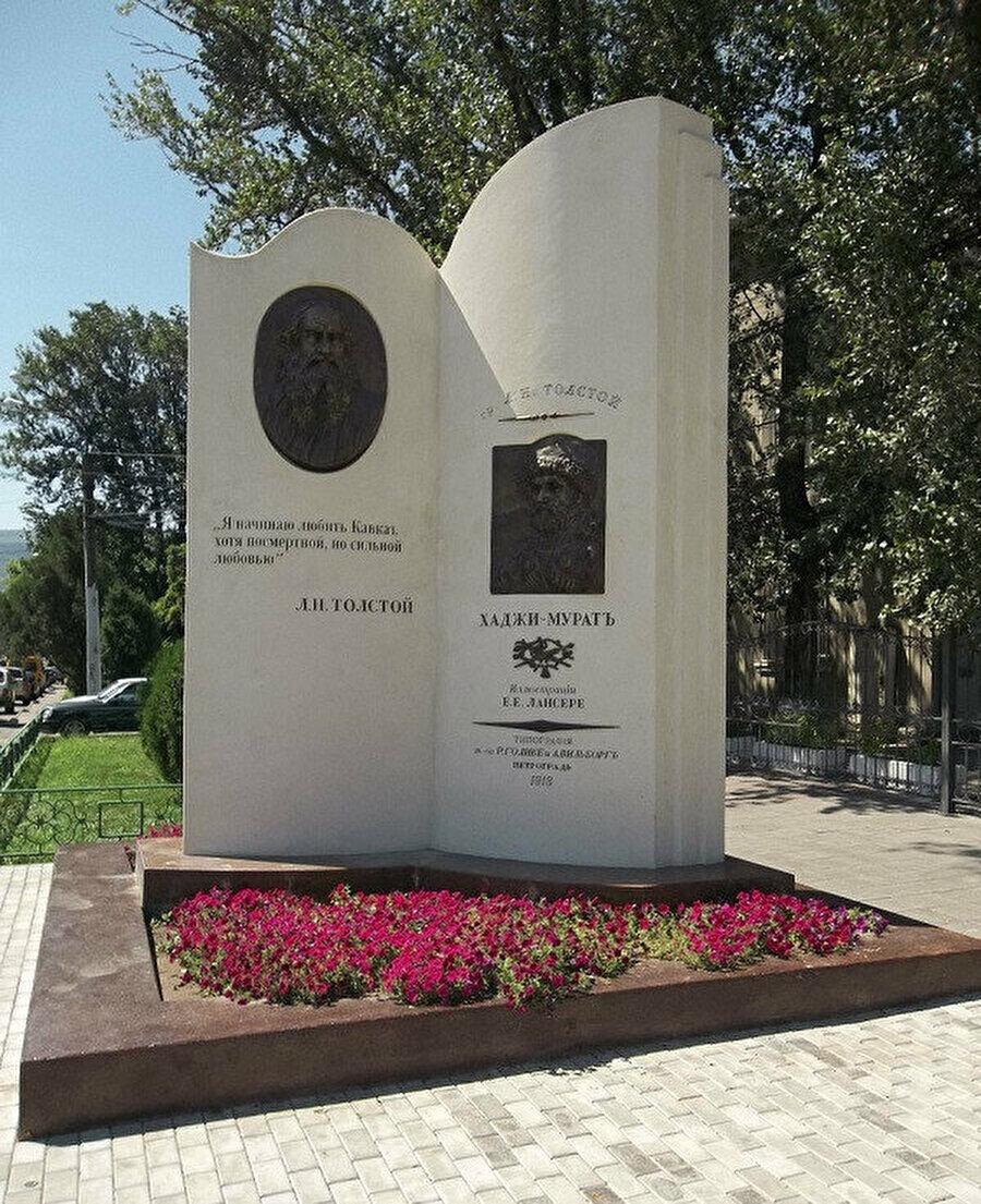 2012 senesinde inşa edilen Lev Tolstoy-Hacı Murat anıtı.