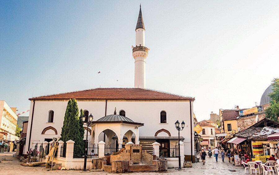 Yahya Kemal, Cumhuriyet dönemi Türk şiirinin en büyük temsilcilerinden biridir.