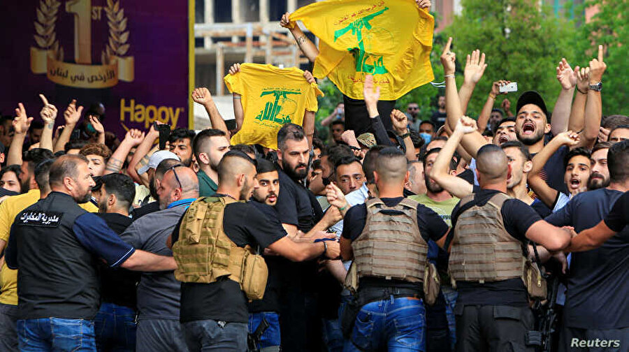Beyrut'ta bir araya gelen Hizbullah destekçileri.