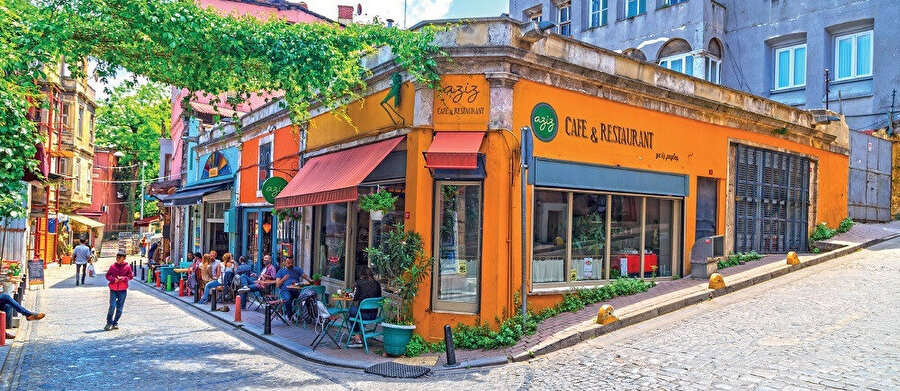 Rengârenk evleri ve taş döşeli dar sokakları ile Balat, mütevazı bir bölgedir. Popüler kafeler ve modern galeriler, mahallenin eski tarz bakkalları ile aynı sokakları paylaşır.