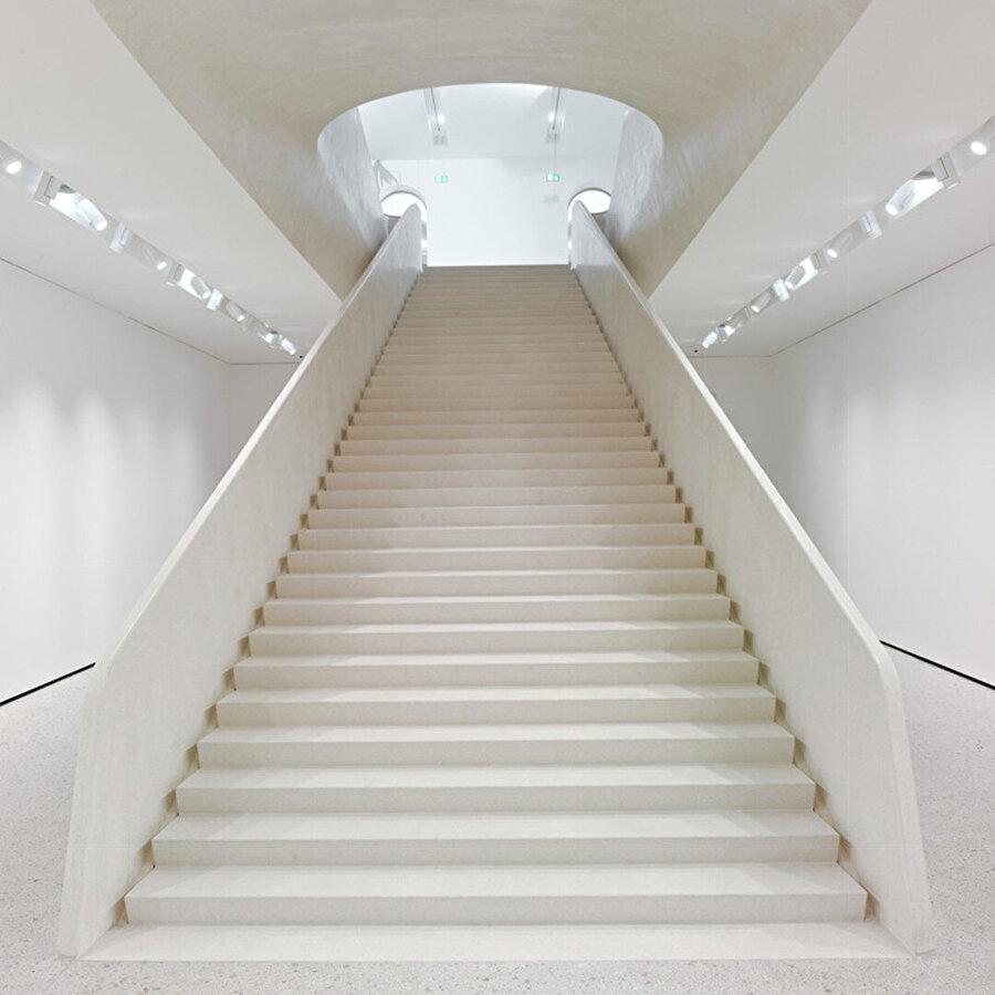 Merdiven aracılığıyla bu alandan bahçenin altındaki 3.000 metrekarelik müze uzantısına iniliyor.