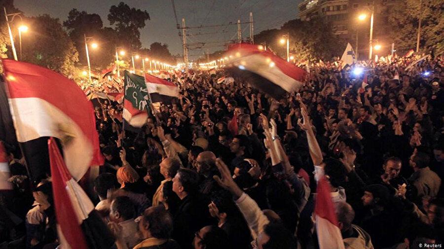 Cumhurbaşkanlığı sarayının etrafında toplanan Mursi karşıtı göstericiler.
