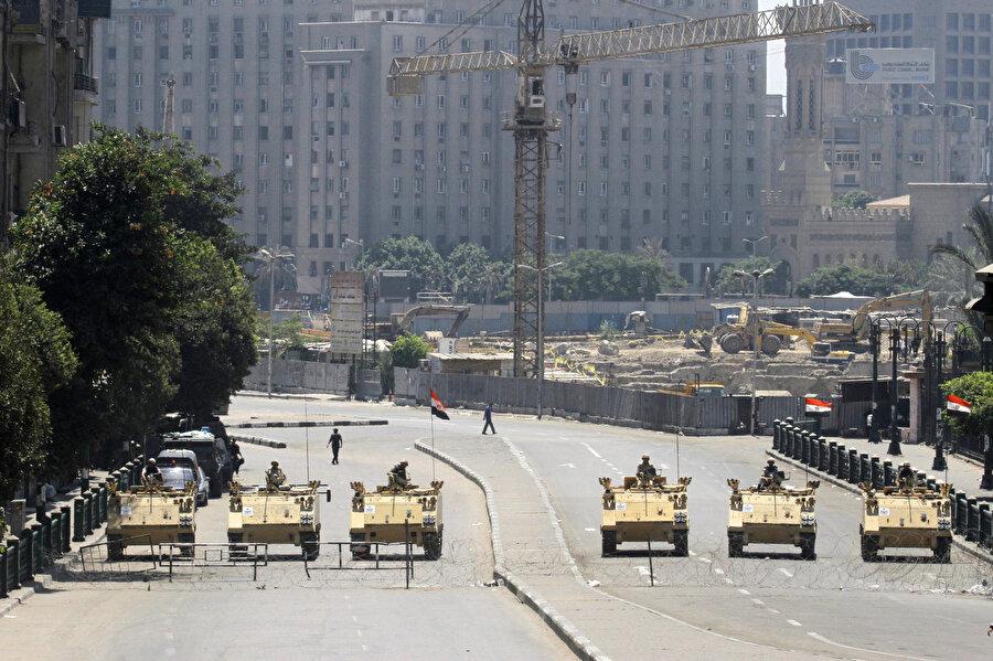 Darbeden sonra, Tahrir Meydanı'na çıkan yolları kapatan askeri tanklar.