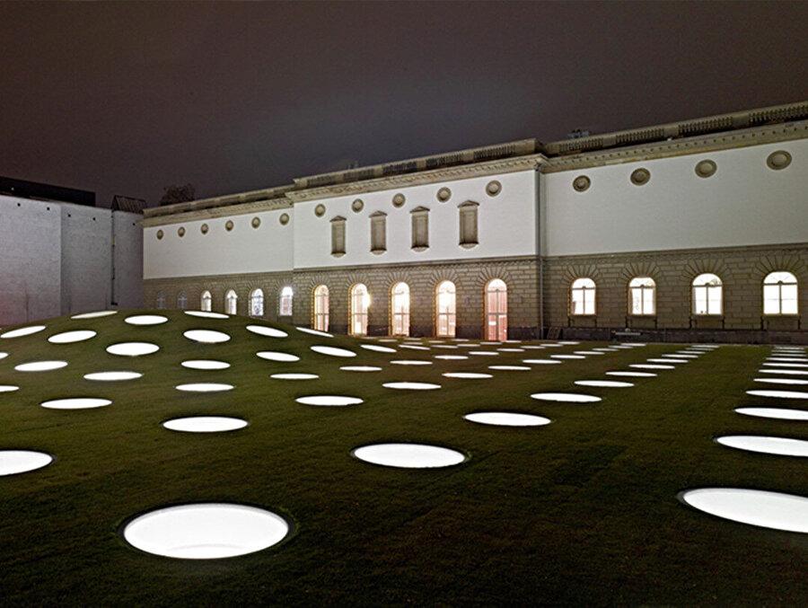 Müzenin gece görüntüsü.