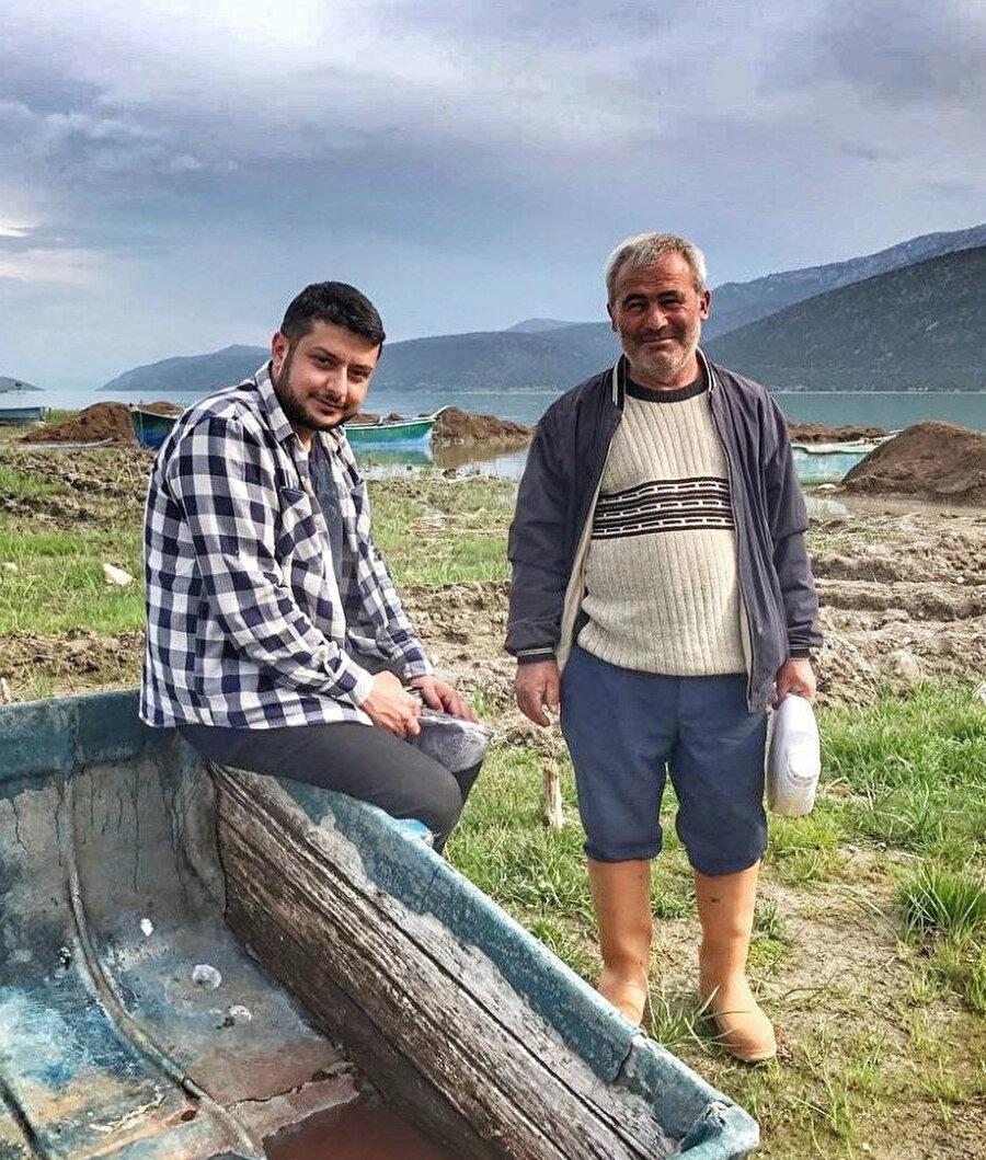 Bir adada yaşam süren beş balıkçı arkadaşın tekdüze giden hayatları aralarından birisinin nedeni bilinmeyen bir şekilde ortadan kaybolmasıyla değişime uğrar.