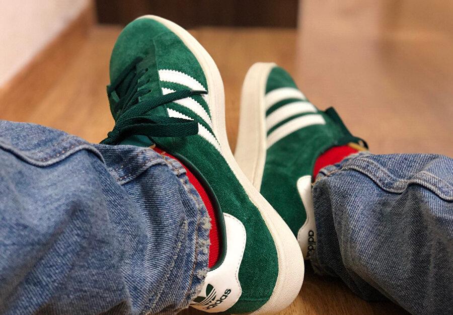Spor ayakkabılarımı sıkıntıyla sallıyorum, rastlantıya bakın, kırmızı çorap günüm bugüne denk gelmiş.