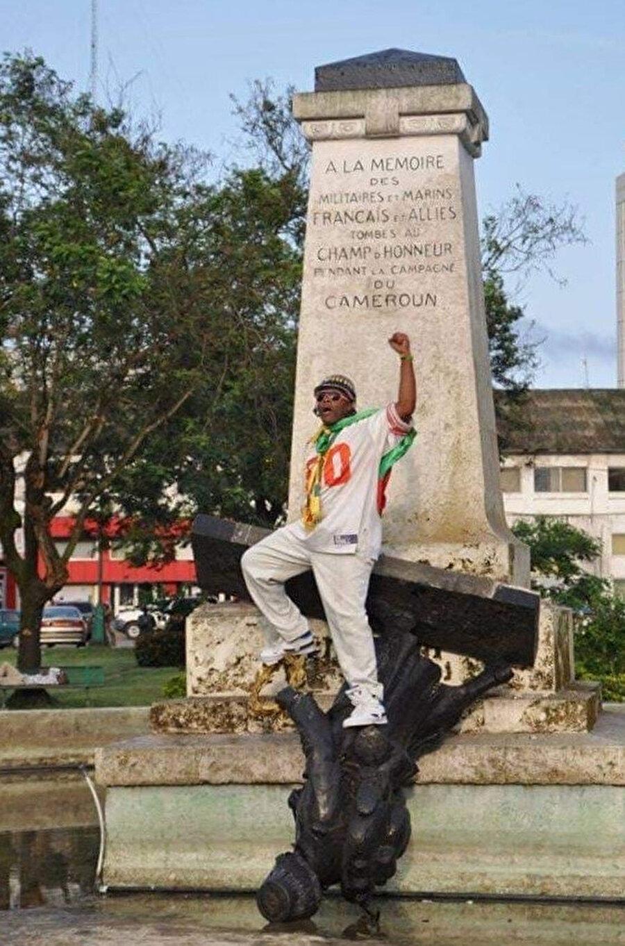 Kamerunlu aktivist, Fransa'nın işgal ettiği toprakları sahiplendiğini göstermek için diktiği heykelleri kaldırmak üzere harekete geçti.
