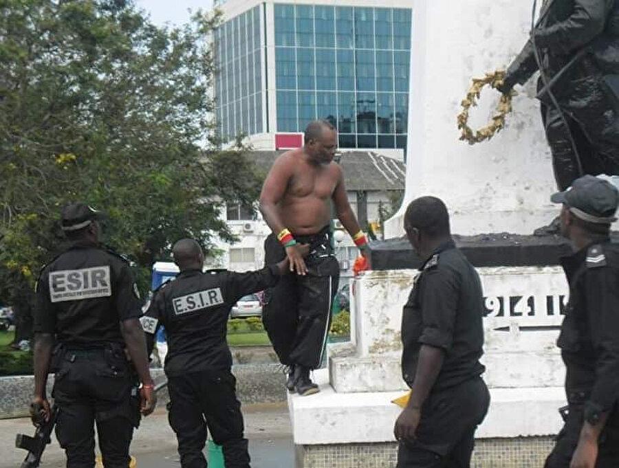 Afrikalı aktivistler özellikle Fransa'ya ait kalıntılardan kurtulmaya çalışıyor. Bunu yaparken de polisin fiili müdahalesine maruz kalmaktan kaçınamıyorlar.