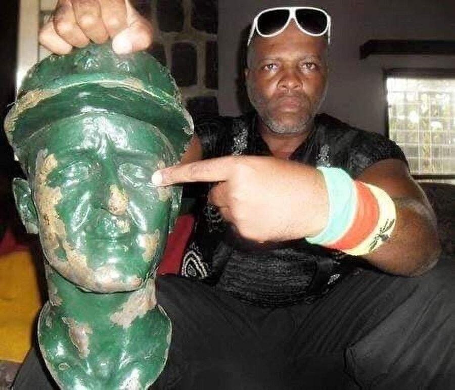 General Leclerc heykelinden kopardığı 7 kafayı iyi sakladığını vurgulayan Essama, bu kafaları sömürgecileri gençlere anlatmak için elinde tuttuğunu ifade etti