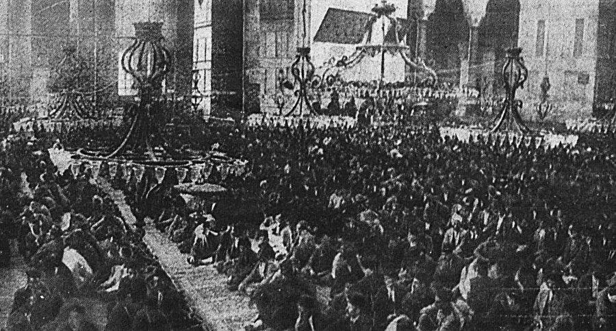 Kurtuluş savaşının zaferini Ayasofya'da sevinçle karşılayan cemaat. 23 Eylül 1922 tarihli L'Illustration