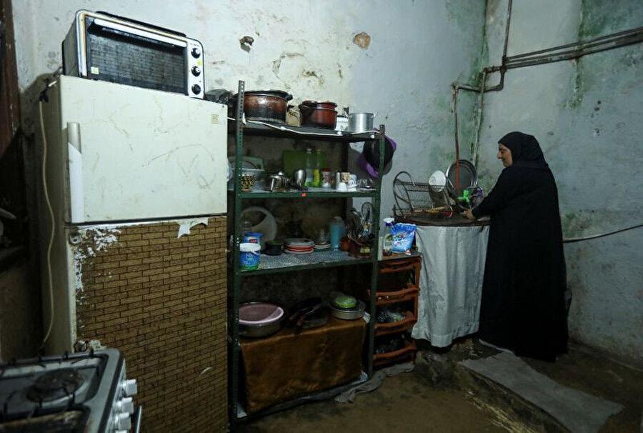 Lübnanlı bir kadın evinin mutfağında.