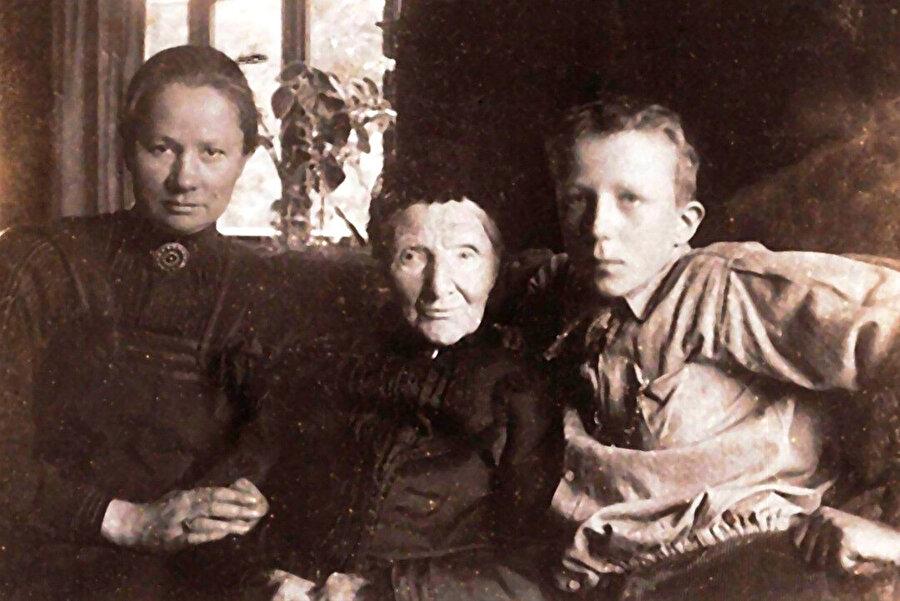 Theo'nun eşi Johanna Gezina van Gogh-Bonger (solda), Vincent'ın annesi Anna Carbentus (ortada), Johanna'nın oğlu Vincent Willem Van Gogh (sağda).