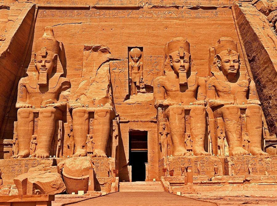Abu Simbel, Güney Mısır'da bulunan antik tapınaktır.Büyük tapınak dağın içi oyularak, 20 yılda yapılmıştır ve kapısında 4 dev boy Ramses heykeli vardır.