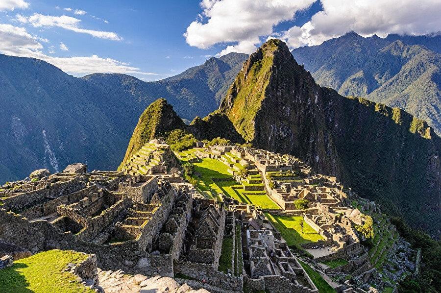 Machu Picchu, bugüne kadar çok iyi korunarak gelmiş olan bir İnka antik şehridir.