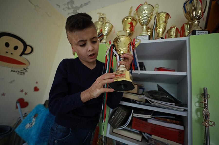 Ahmed'in amcası Nasır, vahşetin izlerini taşıyan Ahmet'in hayat boyunca yaşananların hatırası olarak yanlarında kalacağını belirtiyor.