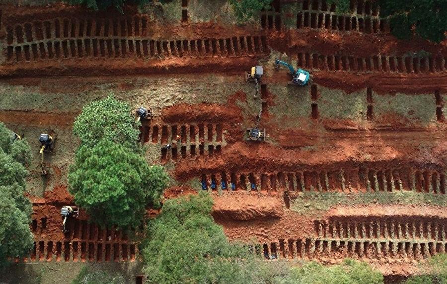 Cenazeler için toplu mezarlar kazılıyor