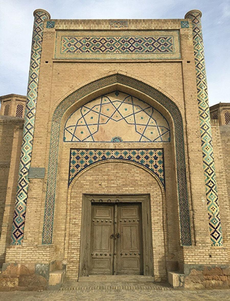 Emir Âlimhan Medresesi taç kapısı ve girişi...