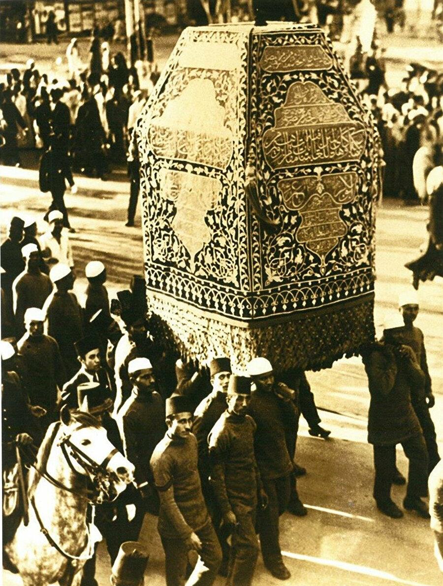 Surre içinde gönderilen makam-ı ibrahim örtüsü.