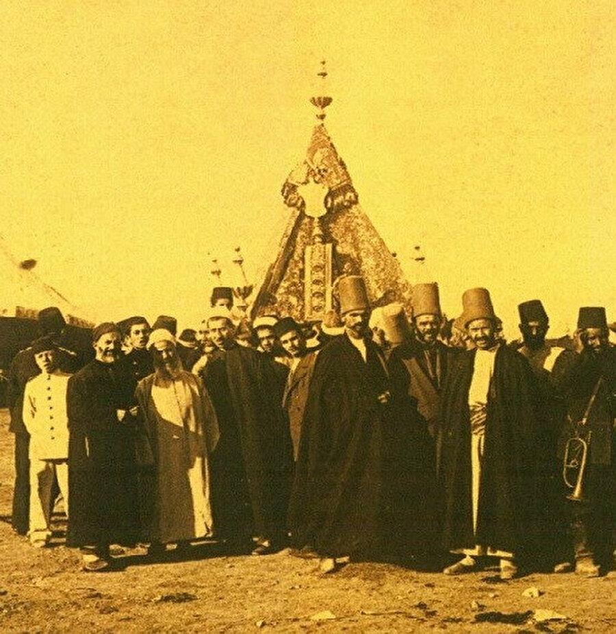 Mevlevi hacılar Şam'da İstanbul'dan gelen mahfili ziyaret ediyorlar.