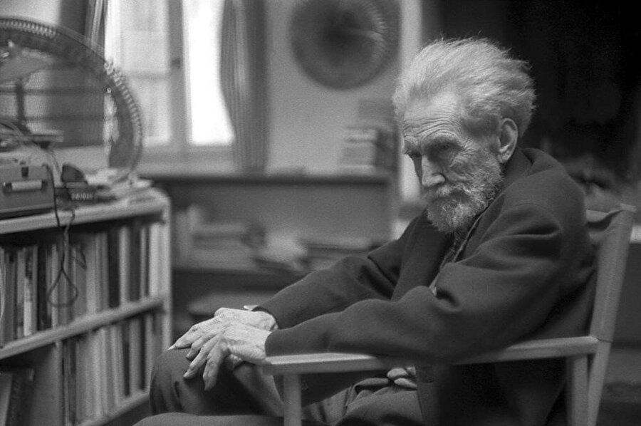 Ezra Pound, Idaho sınırına yakın Hailey şehrinde 1885 yılında doğdu ve 1908 yılında Pound, Venedik'e giderek ilk şiir kitabı A Lume Spenton'u (Sönmüş Mumlarla) yayınladı.