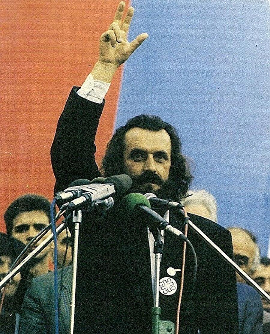 Sırp yazar ve politikacı Vuk Draskovic Çetnik selamı verirken.