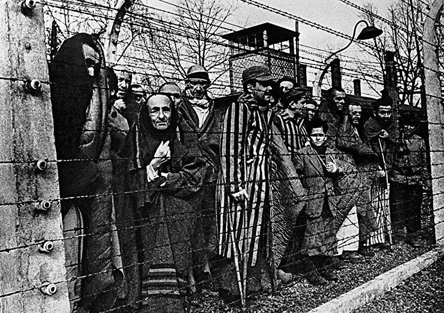 Bugün Auschwitz'te gördüğümüz kurbanlar listesi arasında, Batı tarihçilerinin hâlâ çözemediği Ahmet, Mehmet gibi Müslüman isimlerinin bulunmasının sırrı işte budur.