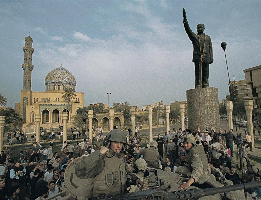 Firdevs Meydanı'ndaki Saddam Hüseyin heykeli devrilmeden dakikalar önce.