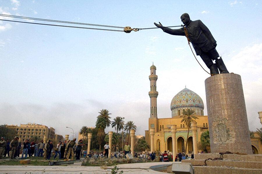 Firdevs Meydanı'ndaki Saddam Hüseyin heykeli devrilirken.