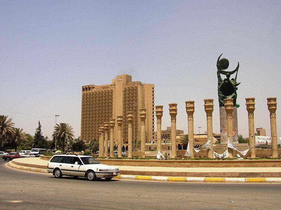 """Saddam Hüseyin heykelinin yerine konulan """"Yeşil Heykel""""."""