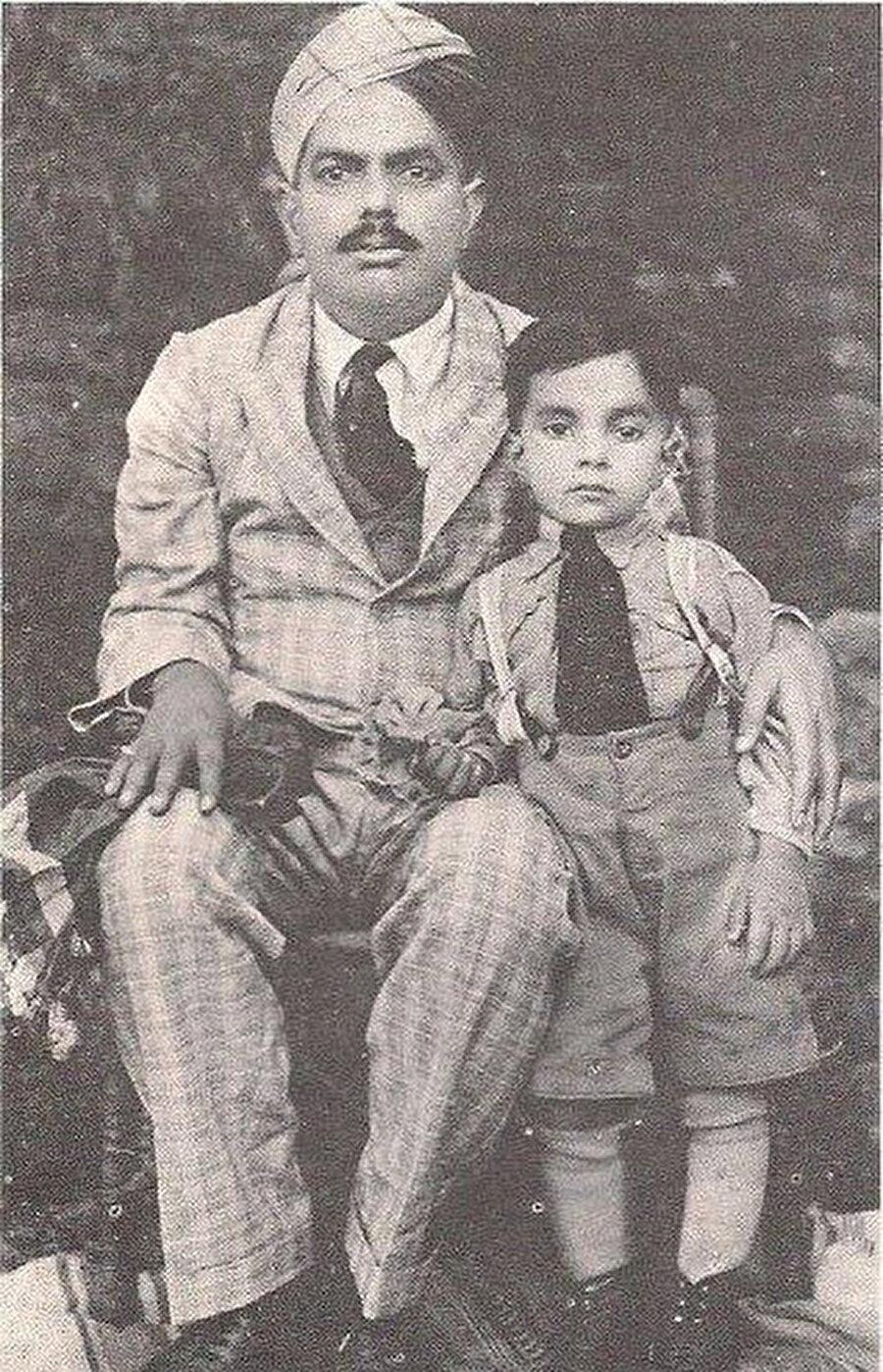 Ziya ül-Hak'ın çocukluğunda babası Muhammed Ekber ile çekildiği bir fotoğraf.
