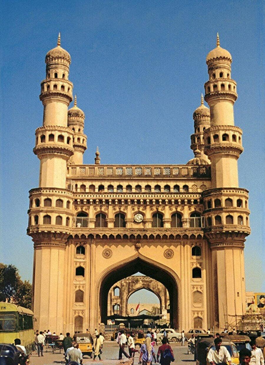 Görkemli yapısıyla dikkat çeken Charminar Haydarabad şehrinin merkezinde yer almaktadır.