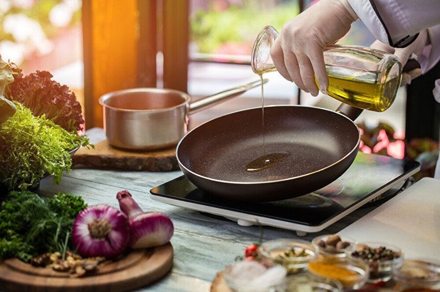 Tarih, zeytinyağı üretimine ilişkin en belirgin izlerin Akdeniz'in tam ortasındaki Girit Medeniyeti'ne, MÖ 4500 yıllarına dek uzandığını göstermektedir.