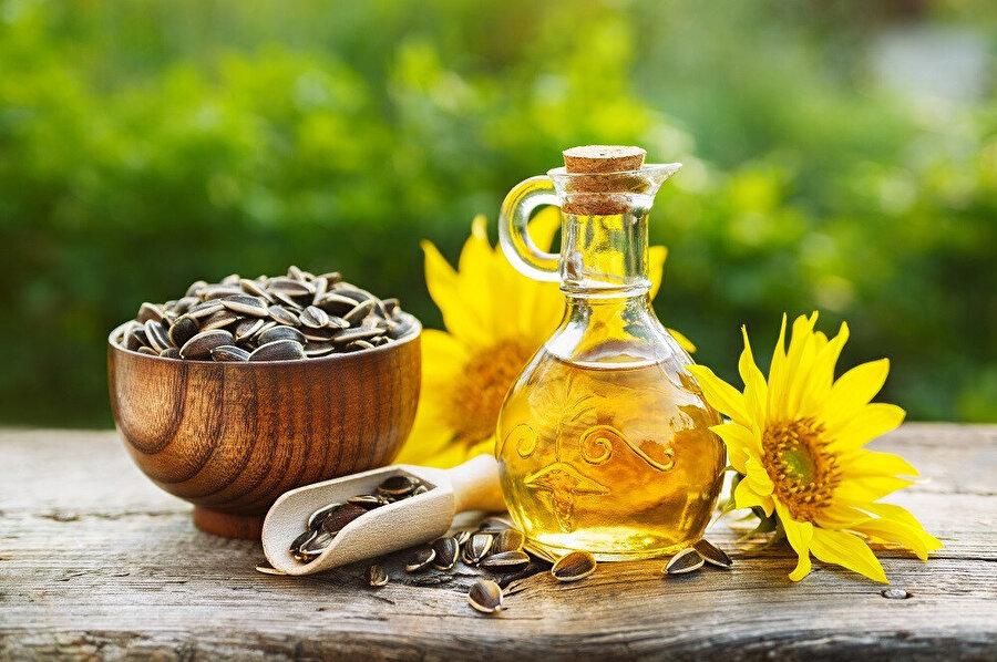 Ayçiçek yağı ayçiçeği bitkisinin çekirdeklerinden diğer bir deyişle tohumlarından elde edilen açık sarı renkli ve hafif tadı olan bitkisel bir yağdır.