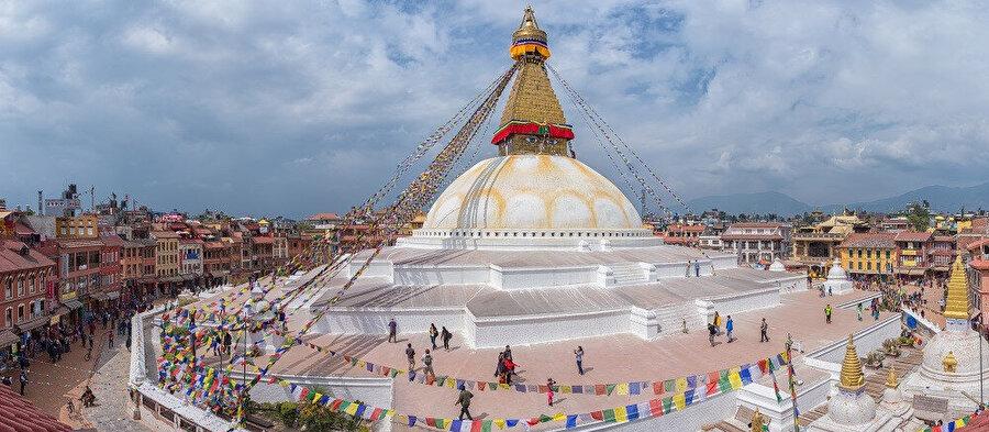 1.500.000 nüfuslu Katmandu'da UNESCO tarafından koruma altına alınan çok sayıda Budist ve Hindu tapınağı bulunmaktadır.