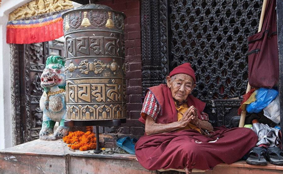Ülkenin sınırları içinde dünyanın en yüksek noktası olan Everest tepesi yer alır. Başkenti Katmandu'dur.