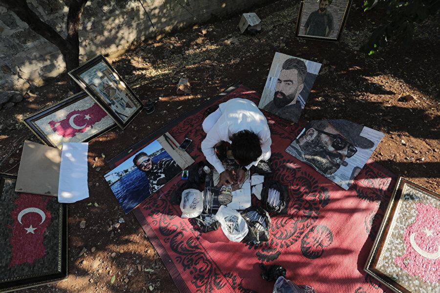 İşkence mağduru Suriyeli yaptığı fotoğrafları satarak geçimini sağlıyor.
