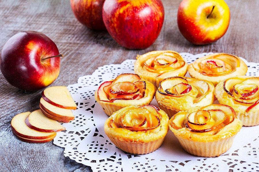 Elma kabukları ile keklerinizde görsel şölen sunabilirsiniz.