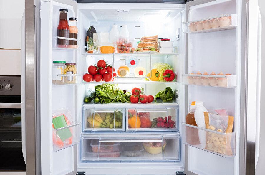 Dolabınızın güzel kokmasını istiyorsanız yeni çekilmiş kahveyi buzdolabınızın derin bir köşesine yerleştirebilirsiniz.